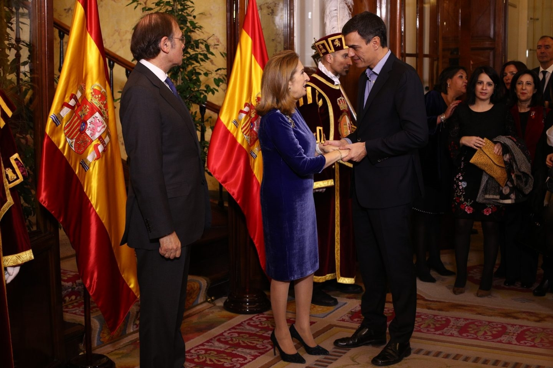 Pedro Sánchez saluda a la presidenta del Congreso, Ana Pastor, en el 39 aniversario de la Constitución.