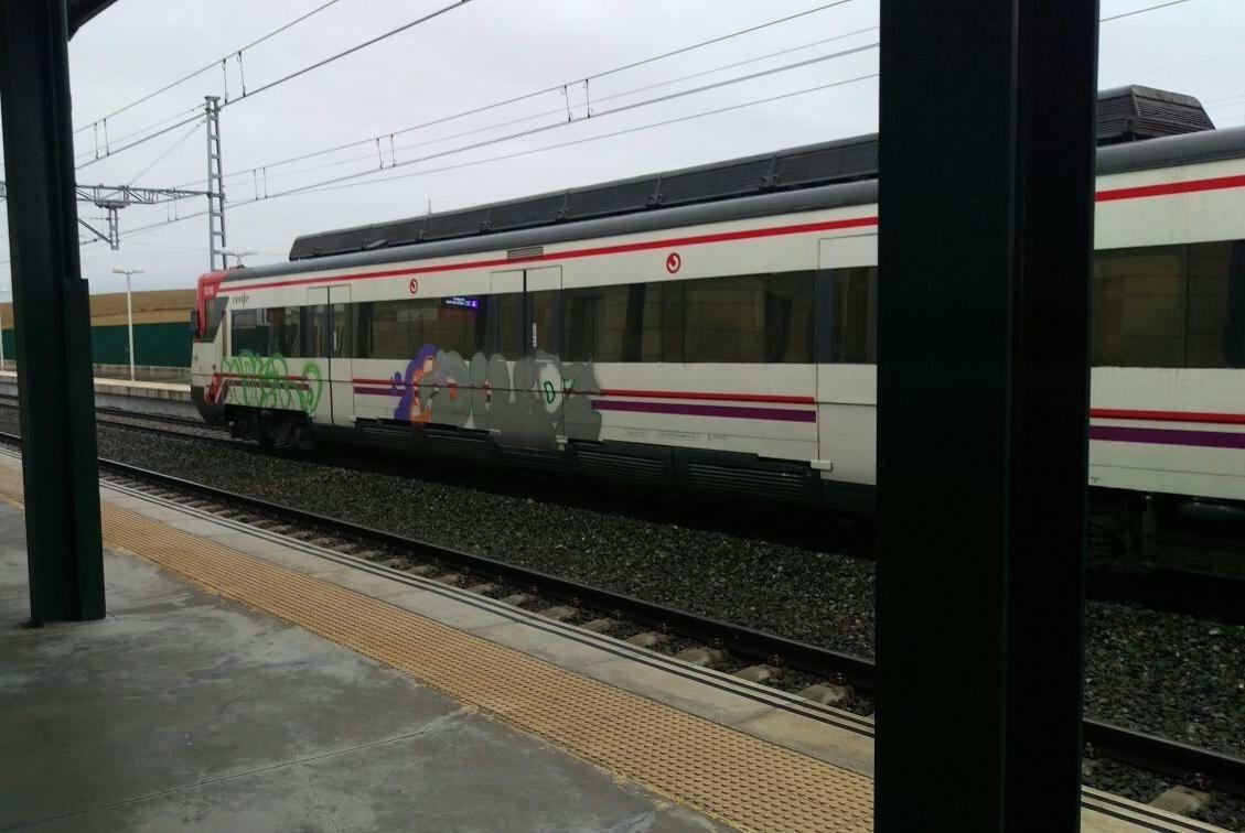 Un tren de Renfe de Cercanías circula pintado de grafitis.