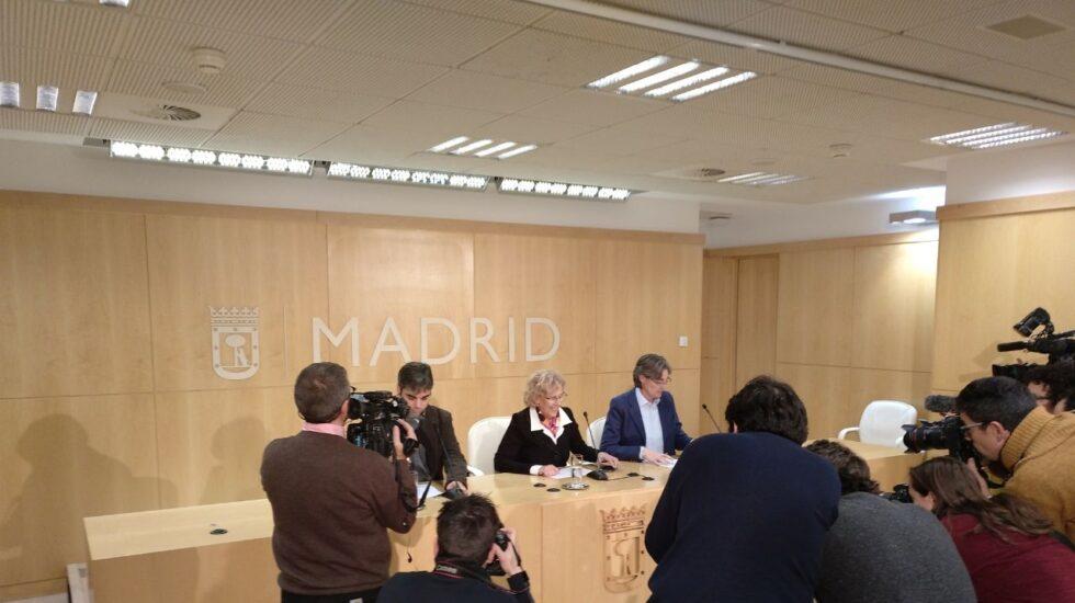 Manuela Carmena, rodeada de Marta Higueras y Jorge García Castaño, antes de anunciar el cese de Sánchez Mato.