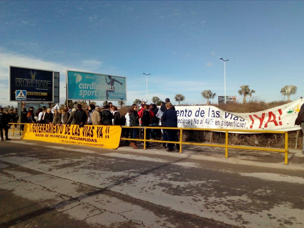 Vecinos de la Plataforma por el Soterramiento del AVE en Murcia, ante la visita de Rajoy