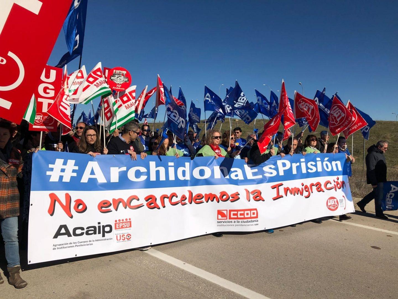 Manifestantes a las puertas del centro penitenciario de Archidona (Málaga), este martes.