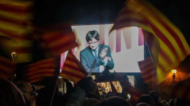 Carles Puigdemont participa por videoconferencia en el mitin de cierre de campaña.