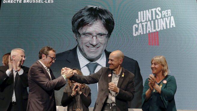 Carles Puigdemont interviene por videoconferencia en un mítin de campaña.