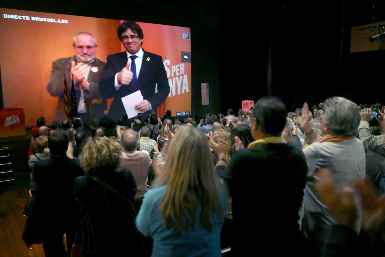 Carles Puigdemont interviene desde Bruselas en un acto de campaña de Junts per Catalunya.