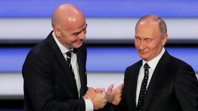 El presidente de la FIFA, Gianni Infantino, con el presidente ruso Vladimir Putin durante el sorteo del Mundial 2018.
