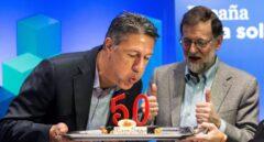 Xavier García Albiol sopla las velas del pastel de su 50 aniversario acompañado de Mariano Rajoy.