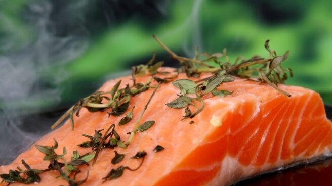 El salmón salvaje tiene más omega 3 porque se alimenta básicamente de krill, un pequeño molusco.