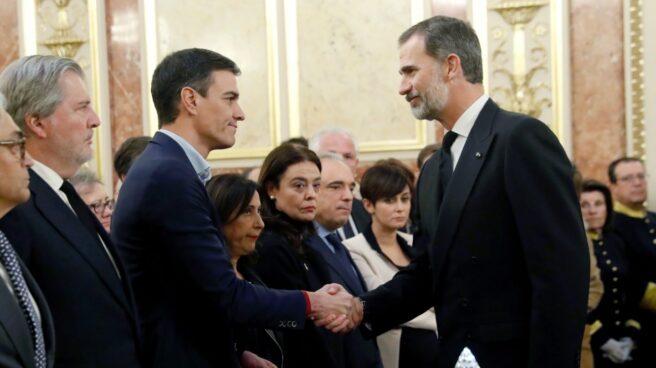 Pedro Sánchez saluda al Rey Felipe, en la capilla ardiente de Manuel Marín.