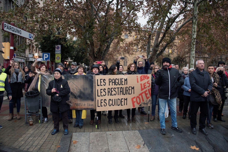 Un grupo de ciudadanos protesta por la devolución de los bienes de Sijena.