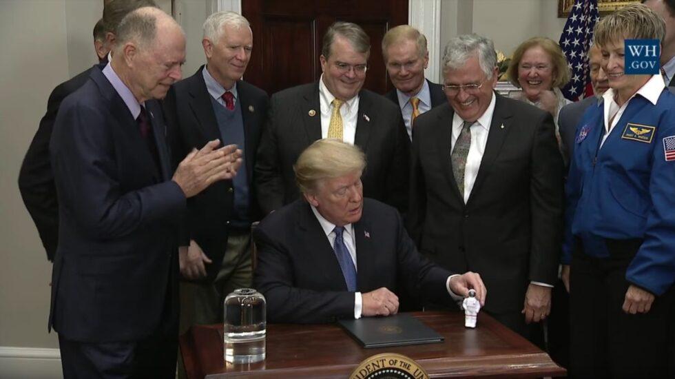 Trump en la firma de la Directiva de Política Espacial 1