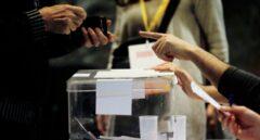 Una persona se acredita para votar en el colegio electoral de Ciutat Vella de Barcelona.