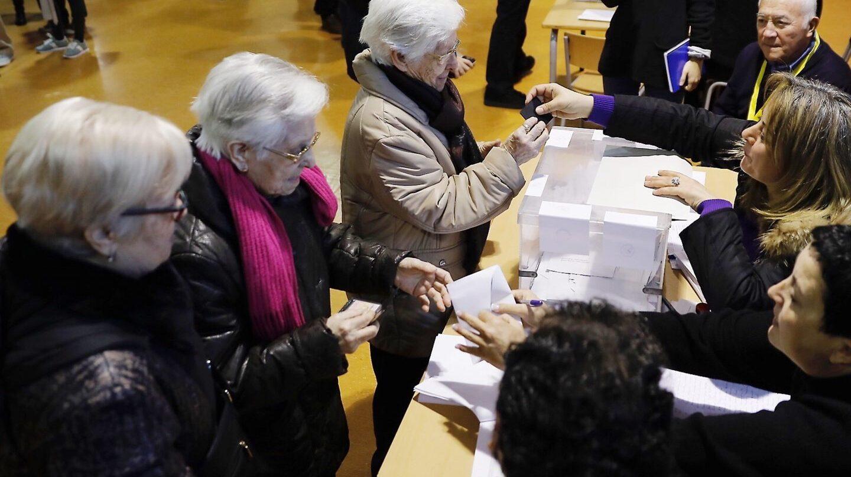 Tres hermanas ancianas acuden juntas a votar en la Escola Pere IV de la ciudad condal, más de cinco millones y medio de catalanes están llamados a las urnas en esta jornada de elecciones autonómicas