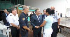 Zoido, durante su visita a uno de los barcos en los que se alojan los policías nacionales desplazados a Cataluña.
