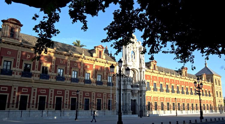 Fachada del Palacio de San Telmo en Sevilla, sede de la Junta de Andalucía. Las CCAA engordan sus plantillas con 60.000 nuevos empleos públicos en 2017.