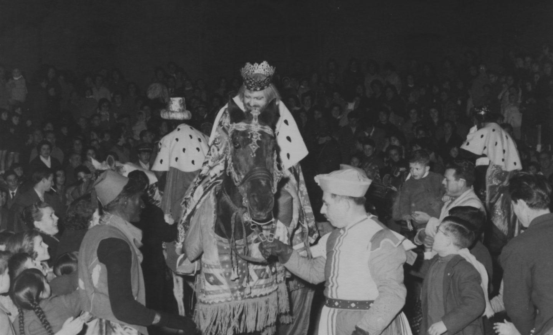 1961 Cabalgata Cabalgata de los Reyes Magos de Alcoy de 1961, por entonces organizada por el Frente de Juventudes y la Delegación local del Movimiento.