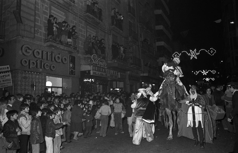 Cabalgata de Reyes Magos de Alcoy de 1981, pocos años antes que su organización fuera asumida por el Ayuntamiento. Fotografía de Paco Grau.