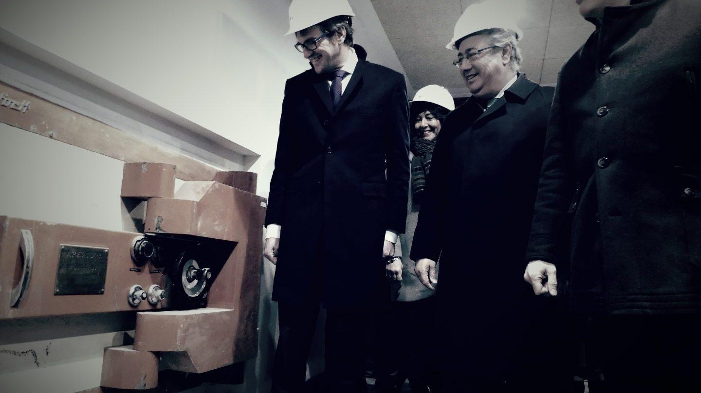 El alcalde de Vitoria, gorka Urtaran, el ministro del Interior, Juan Ignacio Zoido y el delegado del Gobierno, Javier De Andrés, observan la caja fuerte que se conservará en el Centro Memorial de Víctimas del Terrorismo.