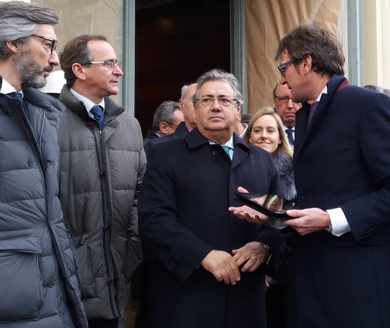 El ministro del Interior, Juan Ignacio Zoido, junto al alcalde de Vitoria, Gorka Urtaran y cargos del PP durante su visita al Centro memorial de Víctimas.