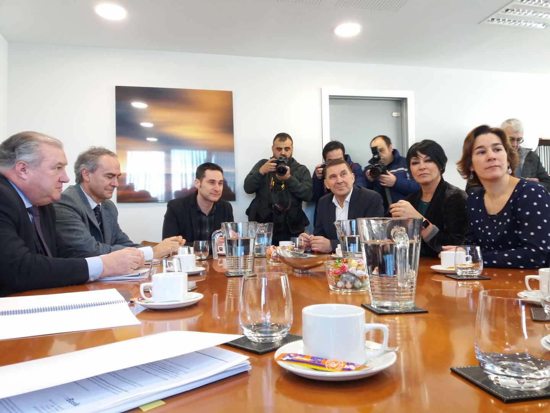La delegación de EH Bildu encabezada por Arnaldo Otegi durante su reunión con Confebask.