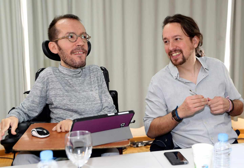El líder de Podemos, Pablo Iglesias (d), junto al secretario de Organización, Pablo Echenique.