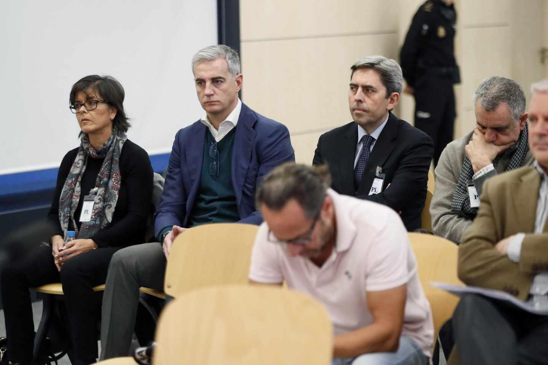 Ricardo Costa en la Audiencia Nacional. en primer plano, Álvaro Pérez