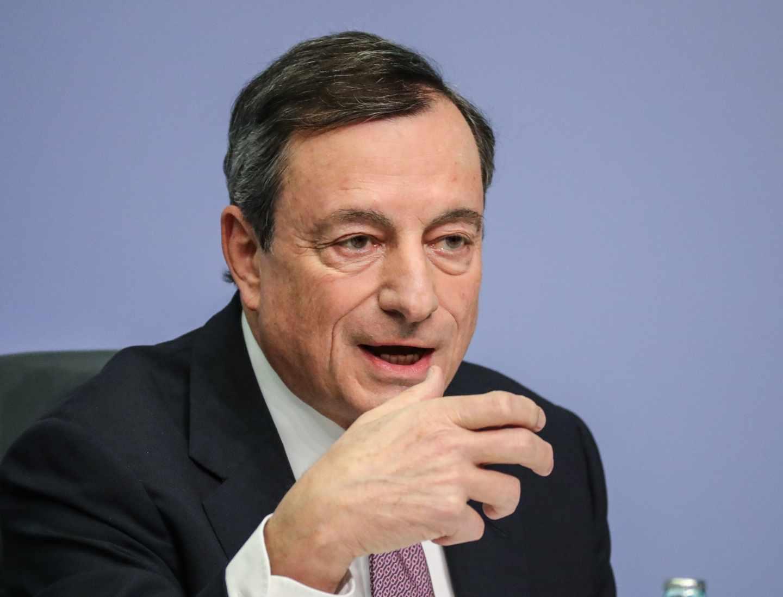 Draghi alerta sobre el euro y advierte de que aún no se puede cantar victoria.