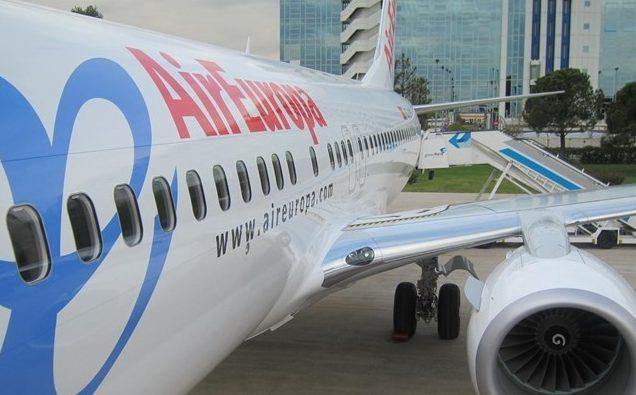 Un avión de Air Europa, estacionado en un aeropuerto.
