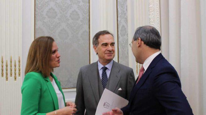 José María Alonso, flanqueado este jueves por los miembros de la junta Esther Montalvá y Eugenio Ribón antes de la junta.