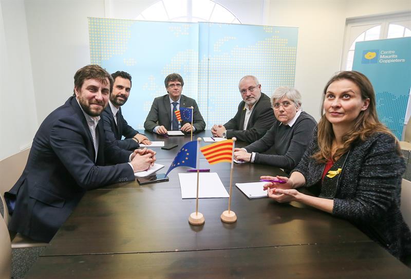 Comín (primero por la izquierda) junto al presidente del 'Parlament', Puigdemont y el resto de ex consellers fugados, en Bruselas.