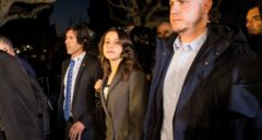 Inés Arrimadas sale del Parlament entre los manifestantes.