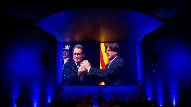Proyección de un vídeo con momentos de la trayectoria del expresidente del PDeCAT, Artur Mas, proyectado durante el consell nacional de la formación, en el que ha intervenido también por videoconferencia Carles Puigdemont, en plena polémica por su investidura a distancia, que ERC aún no ha garantizado.