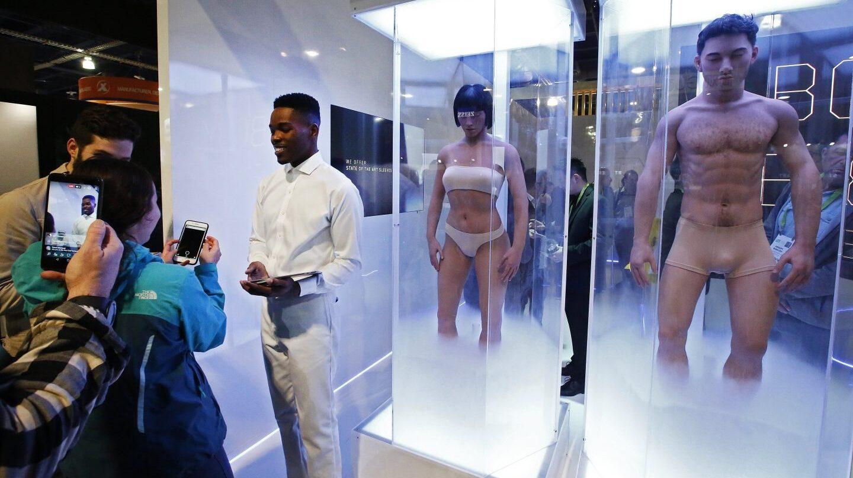 Un hombre presenta en el stand de Psych Sec el día de la inauguración en el Salón Internacional de la Feria de Electrónica de Consumo (CES, en inglés)