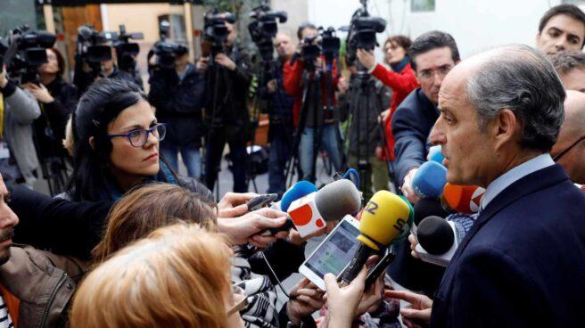 Francisco Camps atiende a los medios en Valencia.