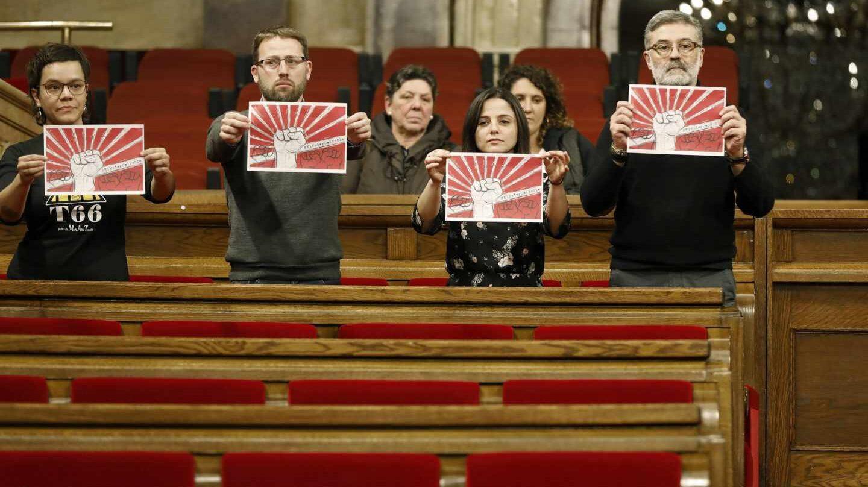Los diputados de la CUP, en el Parlament de Cataluña el 30 de enero, a la hora a la que estaba previsto celebrar el pleno de investidura finalmente suspendido.
