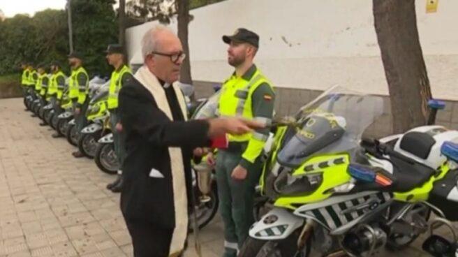 El sacerdote, en el momento de bendecir las nuevas motocicletas de la Agrupación de Tráfico de la Guardia Civil.