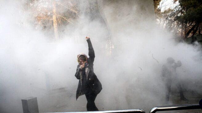 Una mujer con el puño en alto se ha convertido en el icono representativo de las protestas en Irán.