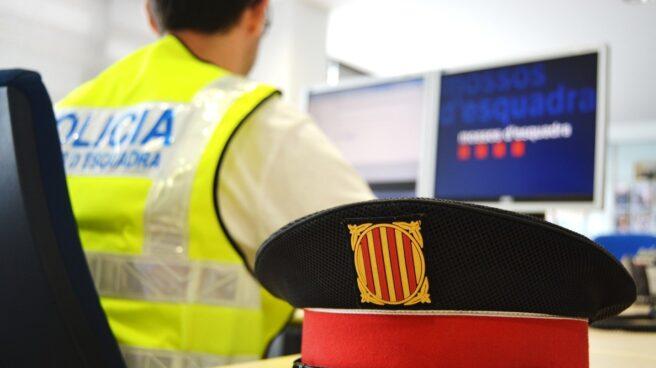 Un agente de la Policía de la Generalitat, en una comisaría.