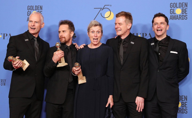 Martin McDonagh, Sam Rockwell, Frances McDormand, Graham Broadbent y Peter Czernin posan con los Globos de Oro de 'Tres anuncios en las afueras'.