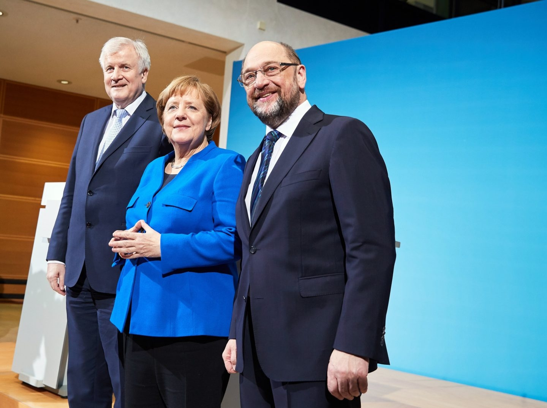 Merkel, junto a Seehofer y Schulz, en la rueda de prensa en Berlín. sobre el principio de acuerdo de gobierno.