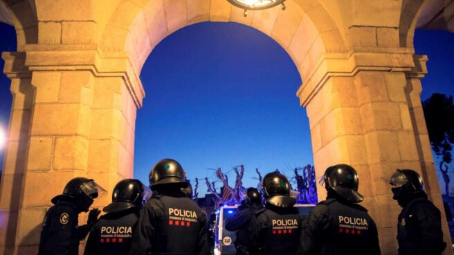 Agentes antidisturbios de los Mossos d'Esquadra, junto al 'Parlament' en la tarde de este martes.