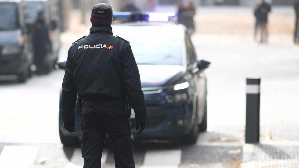 Un agente de la Policía Nacional, sin chaleco antibala en un servicio.