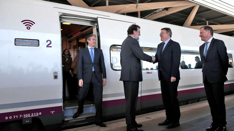 Rajoy saluda a Puig en la estación Joaquín Sorolla de Valencia.