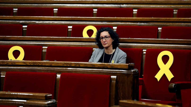 Marta Rovira, en el hemiciclo del Parlament rodeada de lazos amarillos.