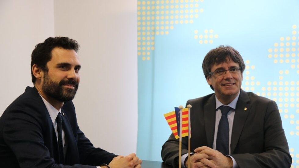 El presidente del 'Parlament', Roger Torrent y Carles Puigdemont, el pasado lunes en Bruselas (Bélgica).