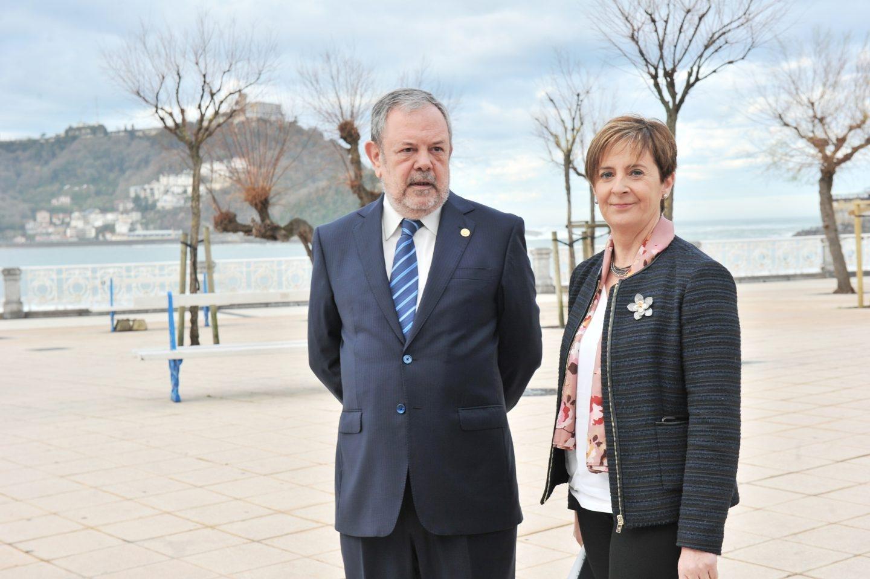 El consejero vasco de Economía y Hacienda junto a la titular de Desarrollo Económico e Infraestructuras, Arantza Tapia.