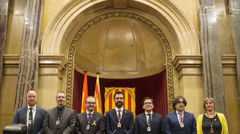 Roger Torrent, junto a los nuevos miembros de la Mesa del Parlament.