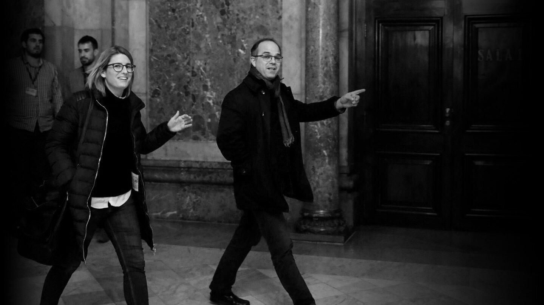 Elsa Artadi y Jordi Turull en los pasillos del Parlament.