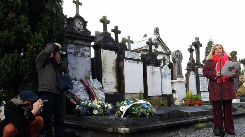 La hermana de Gregorio Ordóñez, Consuelo, durante el responso celebrado ante la tumba de su hermano.