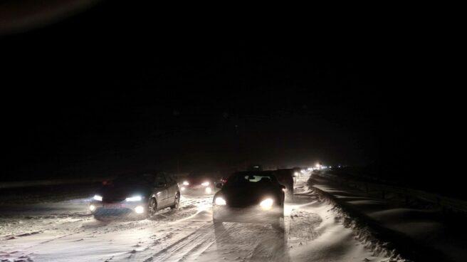 Atasco en la autopista AP-6, de Iberpistas, por una gran nevada.