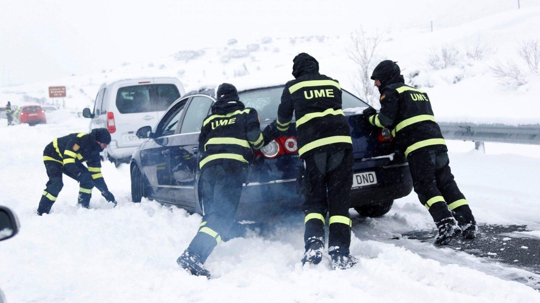 Militares de la UME tratan de rescatar un vehículo en la AP-6, el domingo por la mañana.